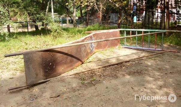 В Северном снова упала тяжелая металлическая горка