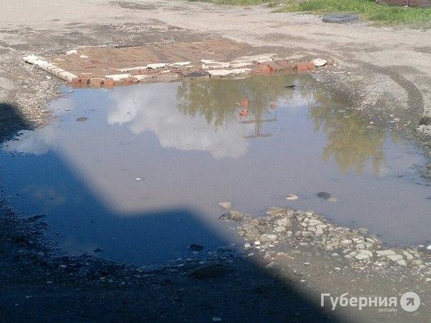 Хабаровчанин устал ждать помощи от властей и сам заделал дорожные ямыОдин...
