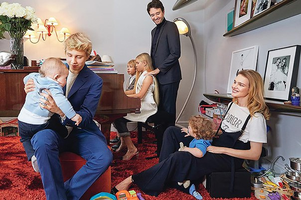 Трогательный момент из жизни семьи: Наталья Водянова опубликовала фото с детьми и Антуаном Арно