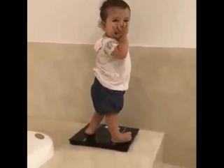 - Маша, покажи как Мама встаёт на весы.)))