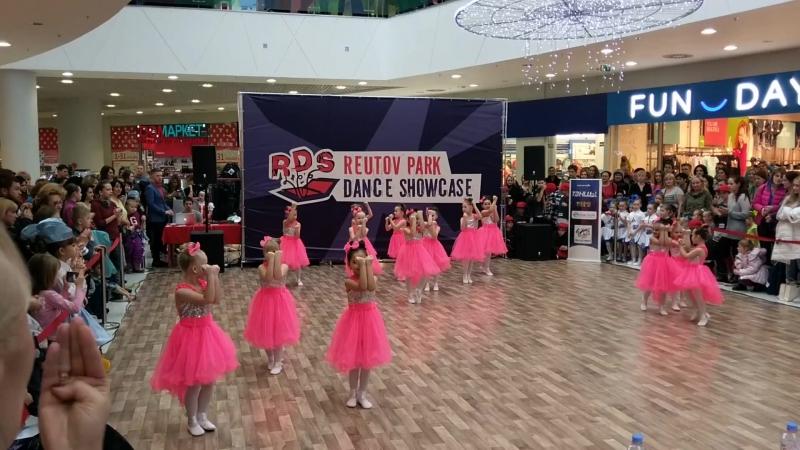 Танец куклы ( Арина 3-яя справа во втором ряду )