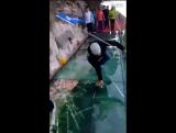 Ужас туриста: Стеклянный мост на высоте 1180 метров треснул под ногами