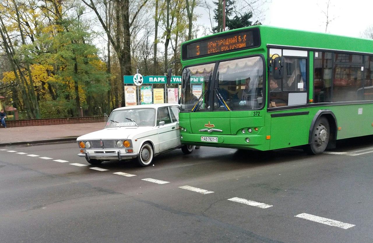 """В Бресте автомобиль Жигули """"подрезал"""" автобус. Столкнулись"""