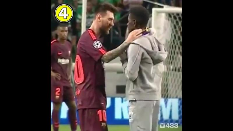 Фанат Месси выбежал на поле и поцеловал бутсу кумира перед матчем со Спортингом [720]