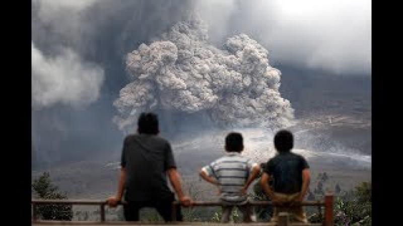 Повторное извержение вулкана Синабунг в Индонезии . Октябрь 2017