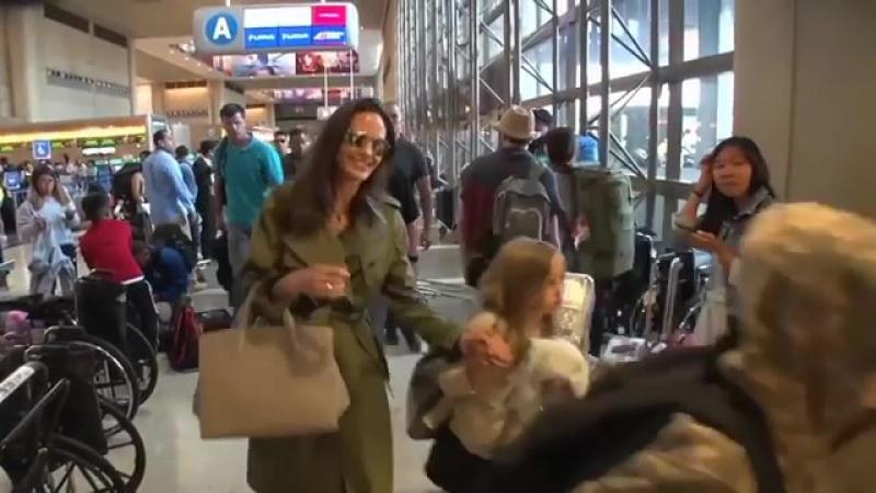 Анджелина с детьми в аэропорту «LAX»