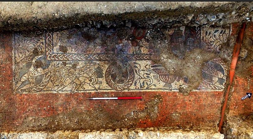 Поздняя римская мозаика, украшенная сценами из греческой мифологии, включая огнедышащую химеру (внизу). <br>Между Амуром и одним из Атлантов виден герой, вооруженной дубиной, который сражается с кентавром. Это может быть бой Геракла с Нессом (хотя Геракл убил Несса стрелой, в античном изобразительно искусстве порой изображали их рукопашную схватку) или с кентаврами, напавшими на него, когда он гостил у кентавра Фола. Или же это Тесей сражается с кентавром Эвритом, пытавшимся прямо на свадьбе друга Тесея Пирифоя похитить его невесту.(Фото: археология Котсуолда)