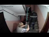 Соседи-хулиганы пытаются сломать видеокамеру.