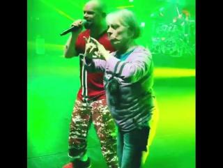 бабуля на концерте Five Finger Death Punch