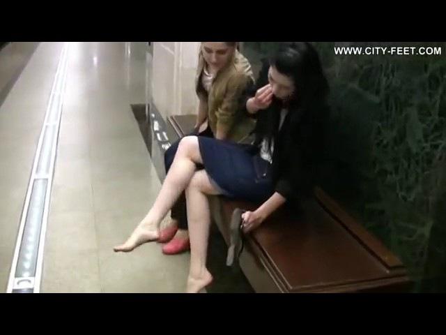 Русская девушка гуляет босиком по городу
