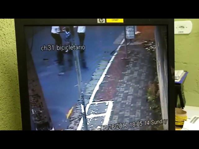 Filmagem mostra funcionários do habibs arrastando João Victor