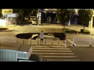 Мопед улетел в дыру в земле (Китай)