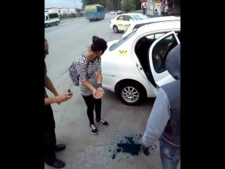 Хабаровские таксисты заставили  умыться зелёнкой девушек, у которых не было денег