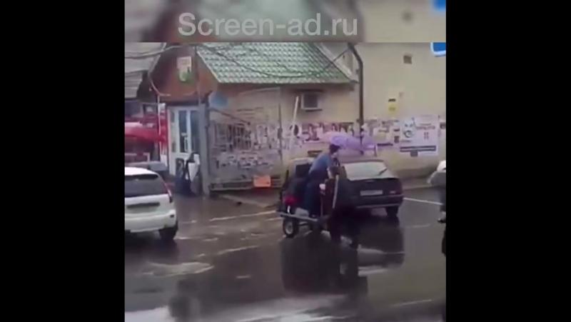 Житель Кабардино-Балкарии перевозит людей через лужи на тележке