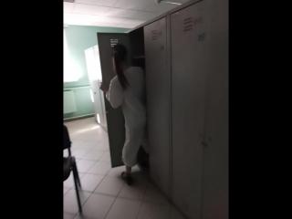 вот как надо прятаться когда идет начальник 😂