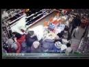Бабки сражаются за подушки по 99 рублей в супермаркете