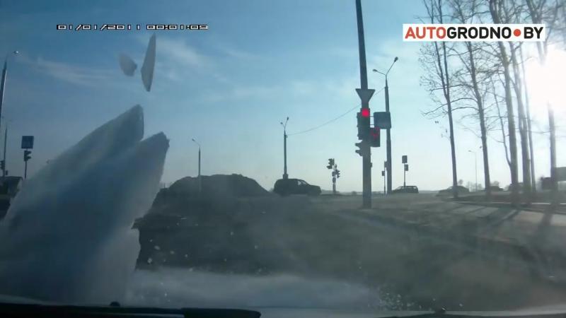 Продолжение- C фуры упал кусок льда на легковой автомобиль Рено