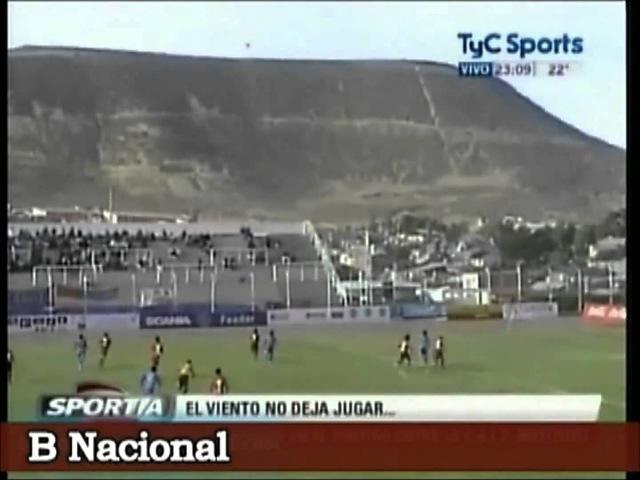 Pérolas do Futebol - Goleiro bate tiro de meta e vento trás bola de volta!
