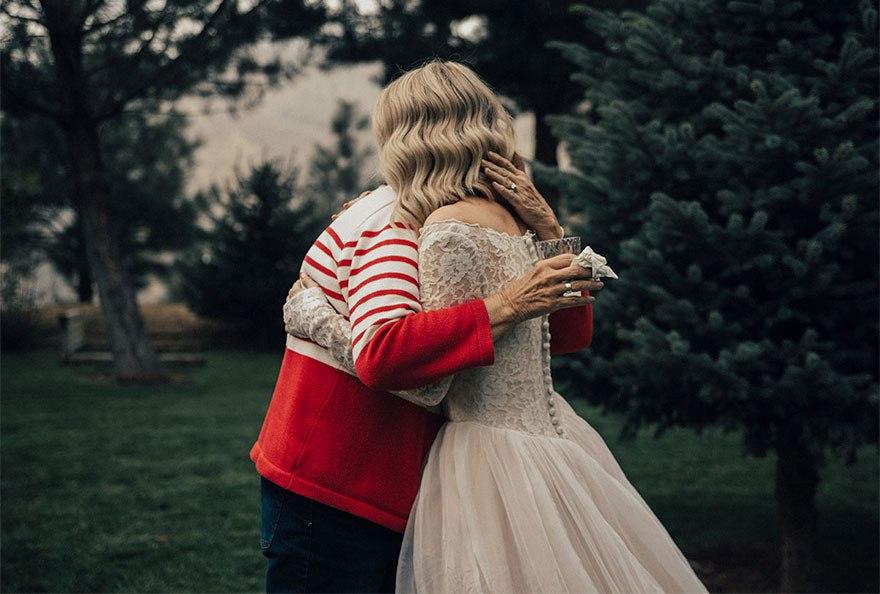 7UTdd5depQ - Она надела на свадьбу подвенечное платье своей бабушки