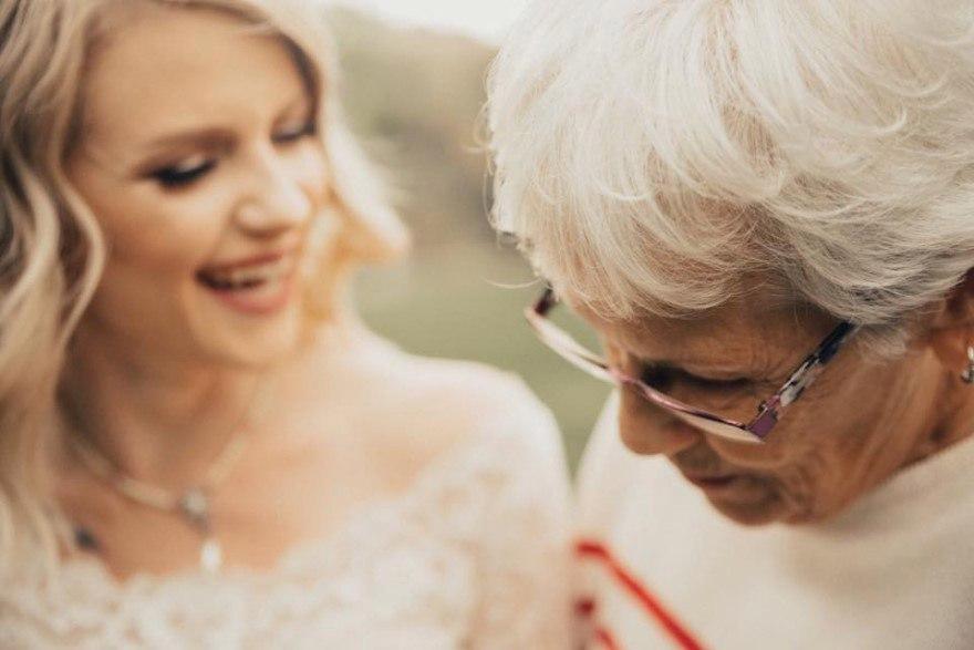 LghEMpqJlMI - Она надела на свадьбу подвенечное платье своей бабушки