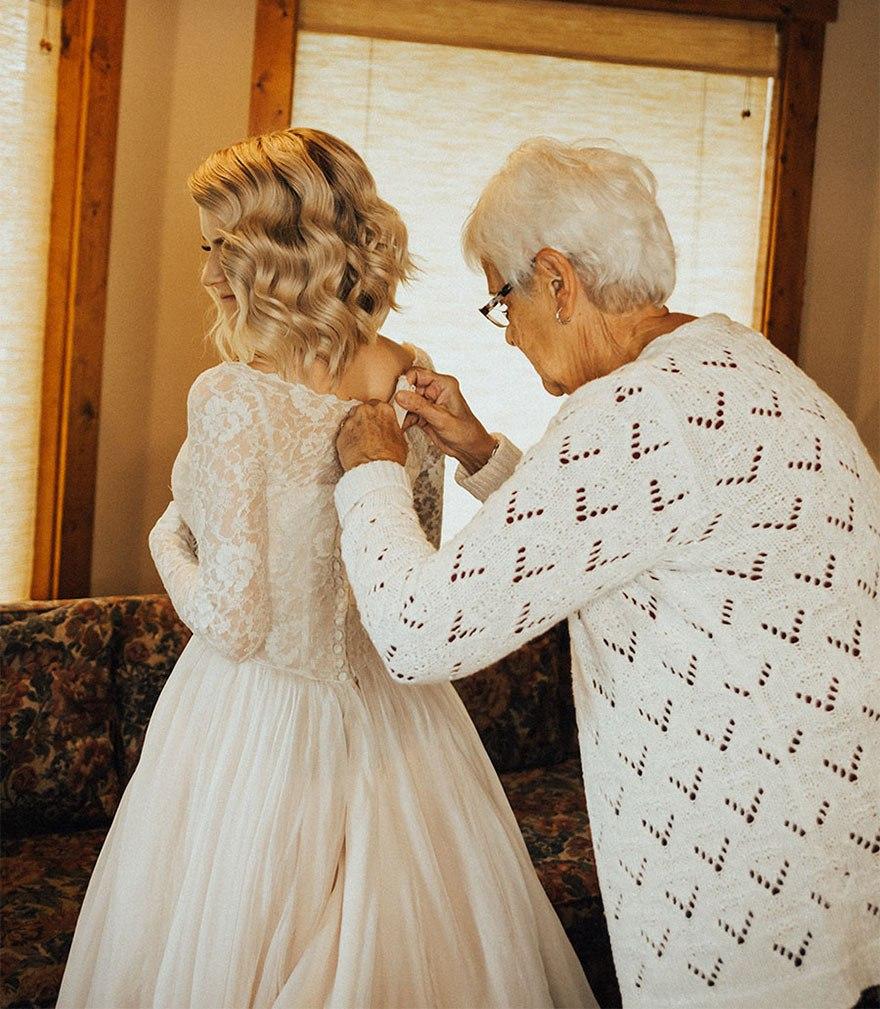 hBFDm b3osA - Она надела на свадьбу подвенечное платье своей бабушки