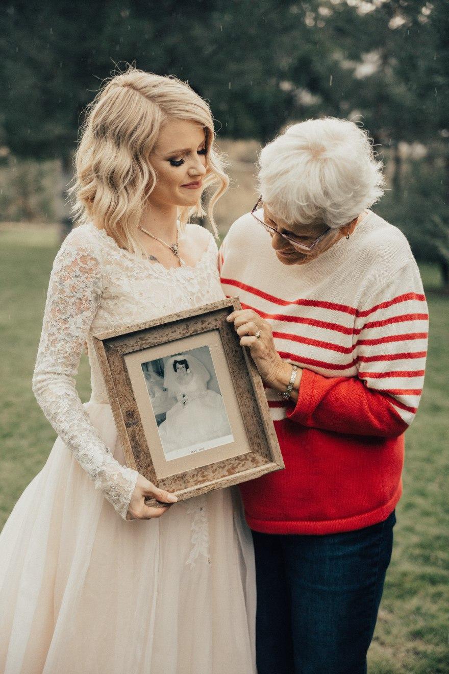 QVn1i91nmRo - Она надела на свадьбу подвенечное платье своей бабушки