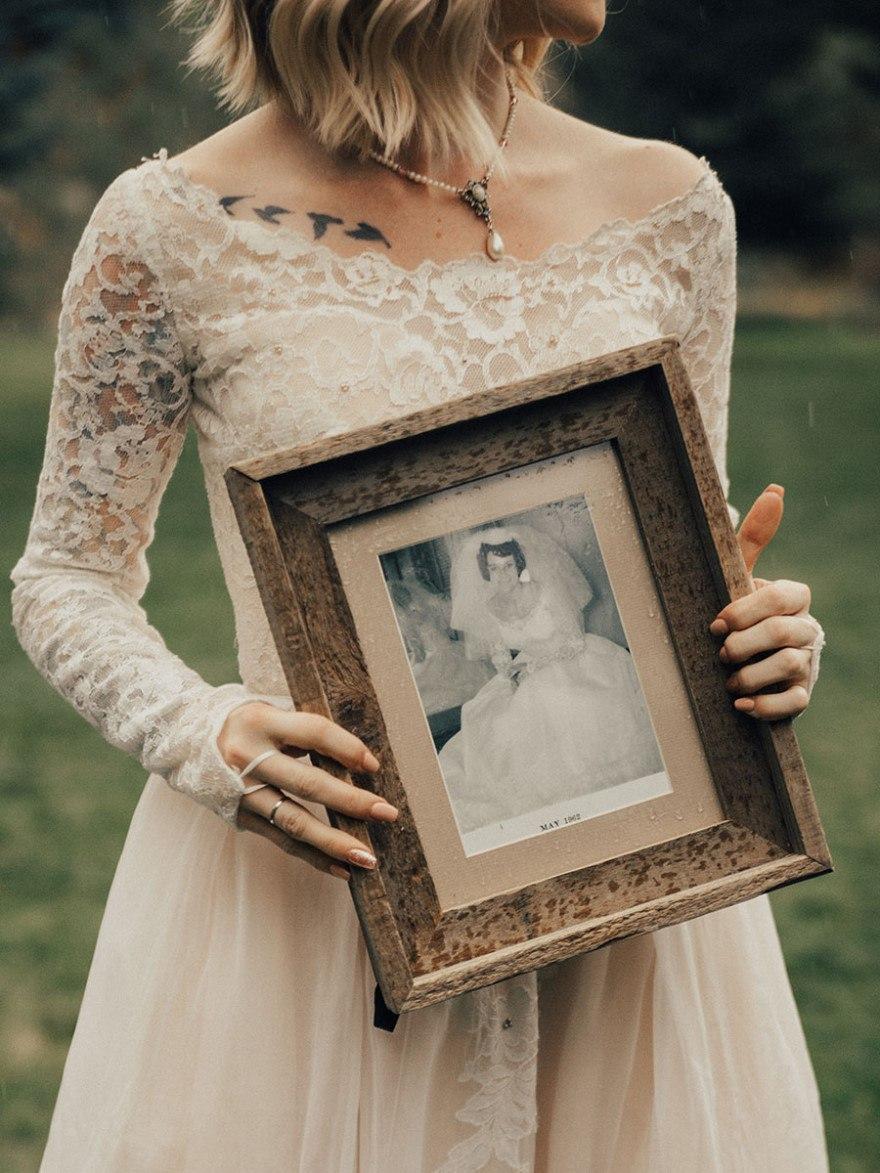 f87POBGboBU - Она надела на свадьбу подвенечное платье своей бабушки