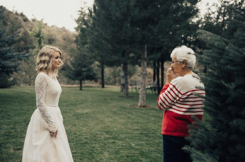 eWv2f2sqrXg - Она надела на свадьбу подвенечное платье своей бабушки