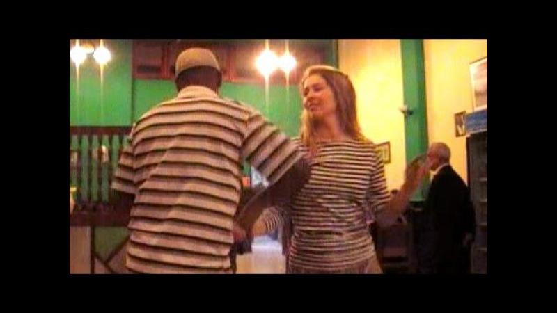 Son cubano baile.Salsa cubana musica para bailar.Rubia bailando salsa de salon como baila la cubana.