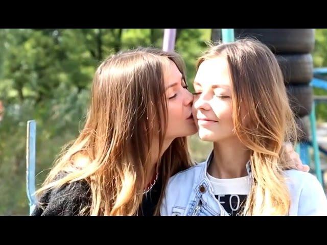 Как девушки учатся целоваться в 14 лет