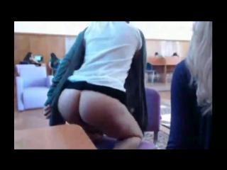 Одноклассница сосет во время урока