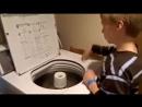 Хлопчик грає на пральній машині