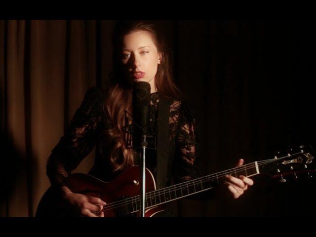 LERA LYNN Performs