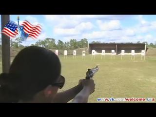 Девушка стреляет из пистолета Американский револьвер Мощное оружее США и стройная девушка