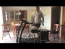 Барабанщик на беговой дорожке играет Metallica