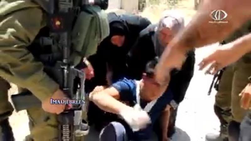 Des femmes liberent un jeune Palestiniens des mains de l'occupation sioniste