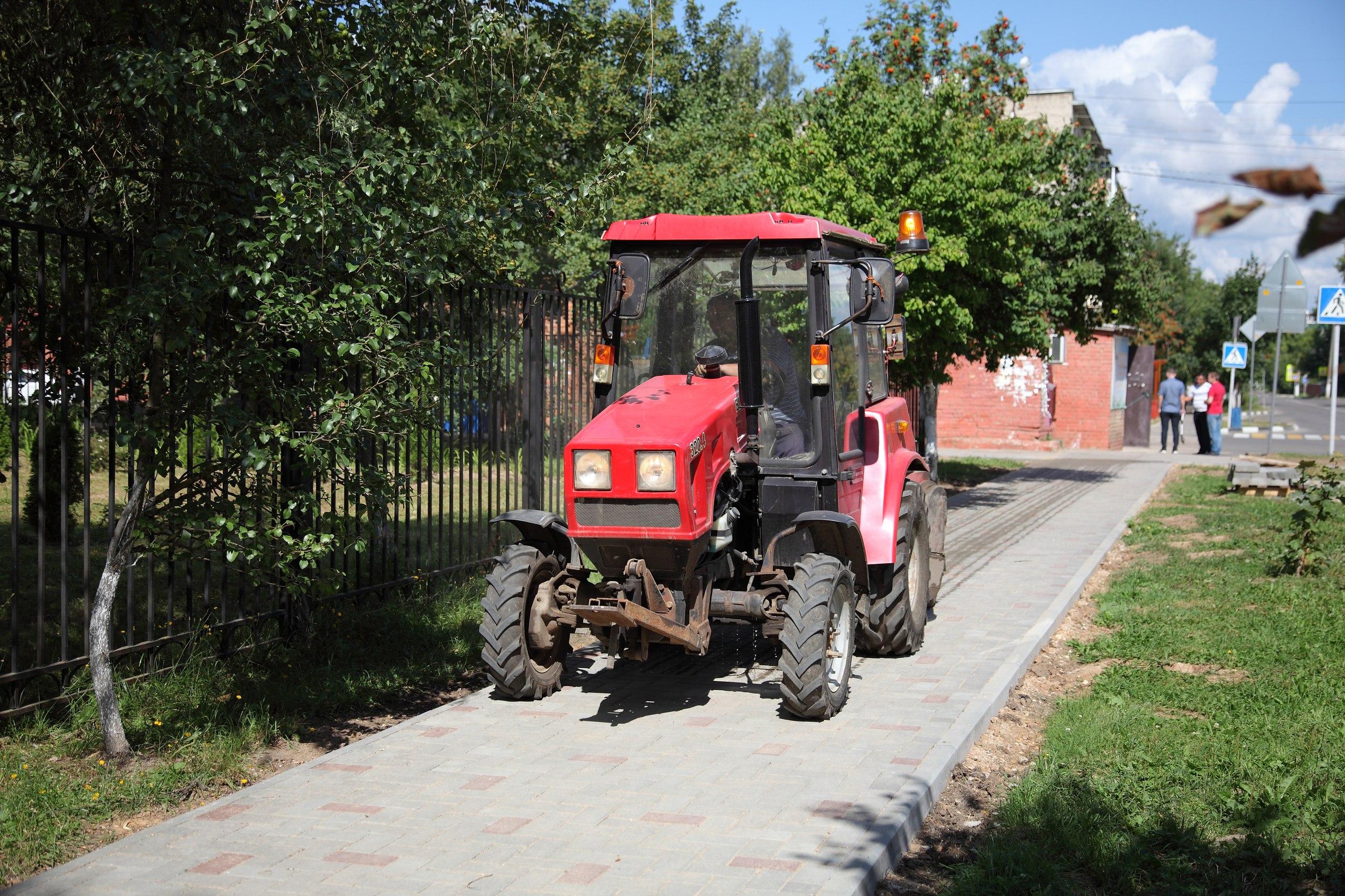 Специалисты городской администрации проверили качество работ по укладке брусчатки у школы №4