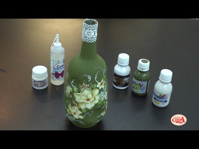 Alciana Rossi customiza uma garrafa reaproveitando os papeis que sobram da decoupagem