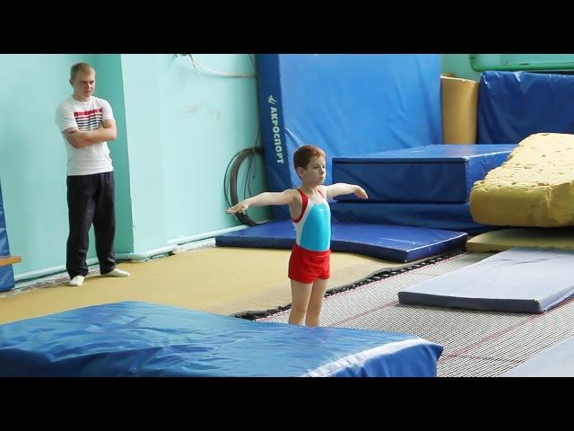 Никита Кузьминов (7 лет) на своих первых соревнованиях по прыжкам на батуте. Белгород-25 мая 2014.