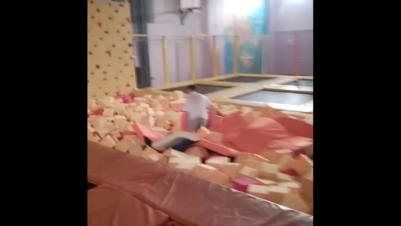 Прыжки на батуте. Гостинично-развлекательный центр ПингвиН Соликамск. Телефон 9-00-53