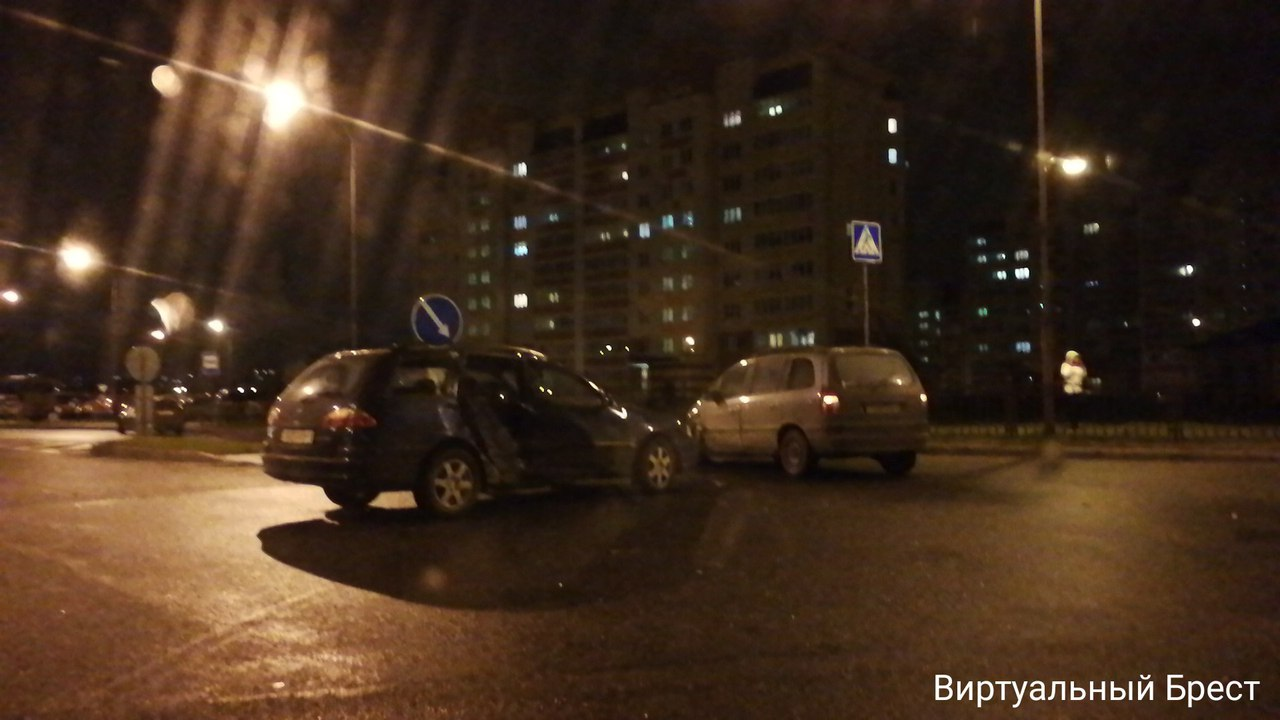 Вечернее ДТП на перекрёстке Сальникова и Махновича