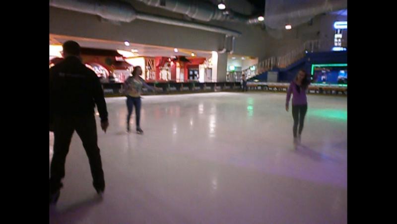 на ковзанах