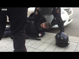 Участник акции протеста в Москве напал на полицейского