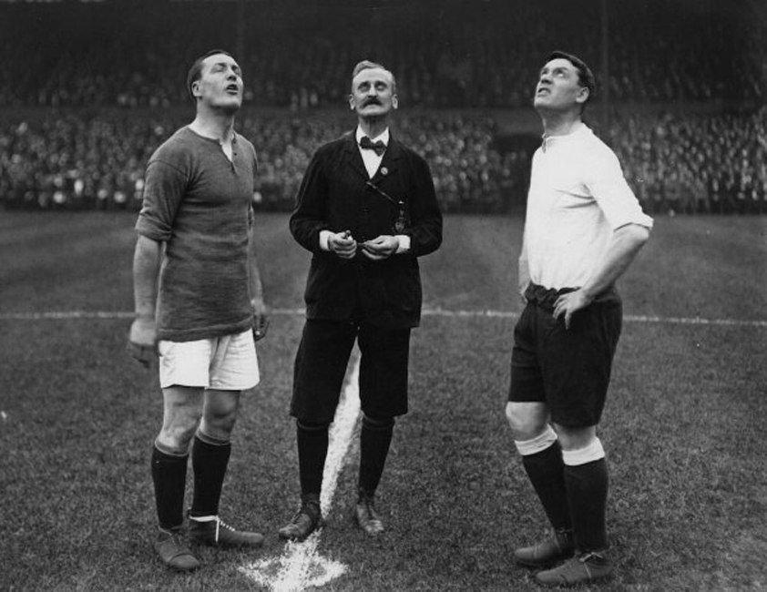 Капитаны «Челси» и «Тоттенхэма» вместе со стильным арбитром наблюдают за полетом монетки, 1913 год.