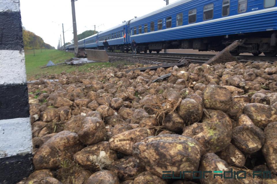 Под Барановичами машина со свеклой попала под два поезда