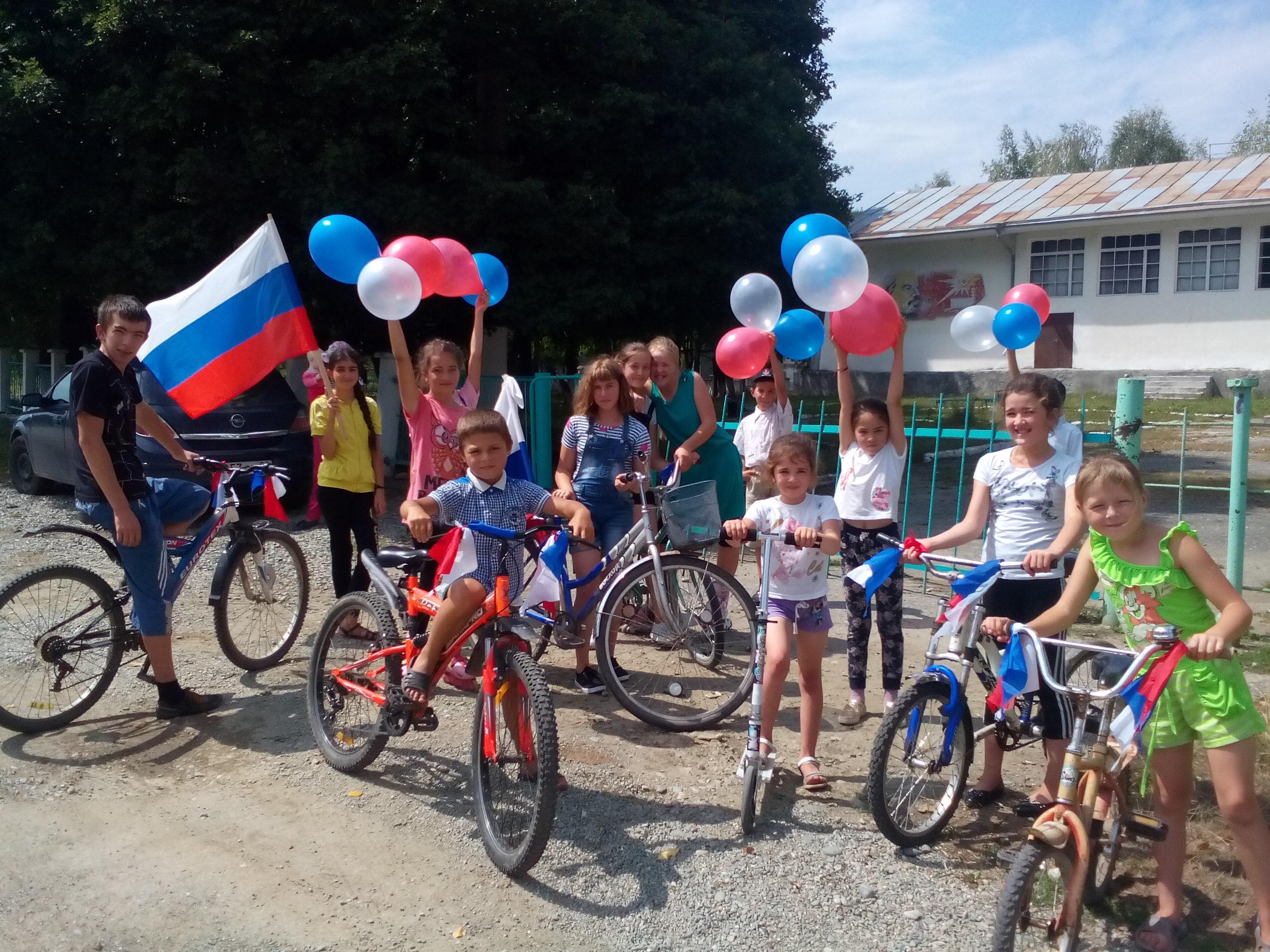 Велопробегом отметили День Государственного флага РФ в Даусузе