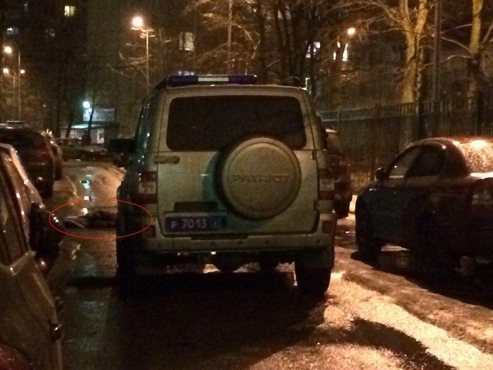 Фото ужасной находки: Во дворе на Наставников в Петербурге обнаружили труп