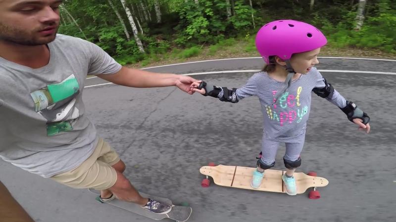 Это Евгения, ей 6 лет и мы учимся кататься на доске. Она не знает, кто такой Честер...