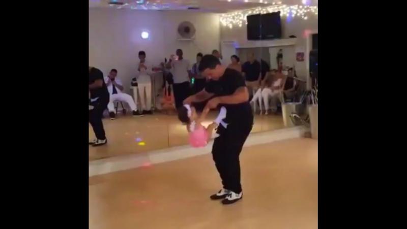Малышка танцует сальсу с отцом (Via Al Liquid Silver Espinoza)