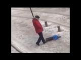 Яжебатя пнул упавшего на заснеженной улице сына